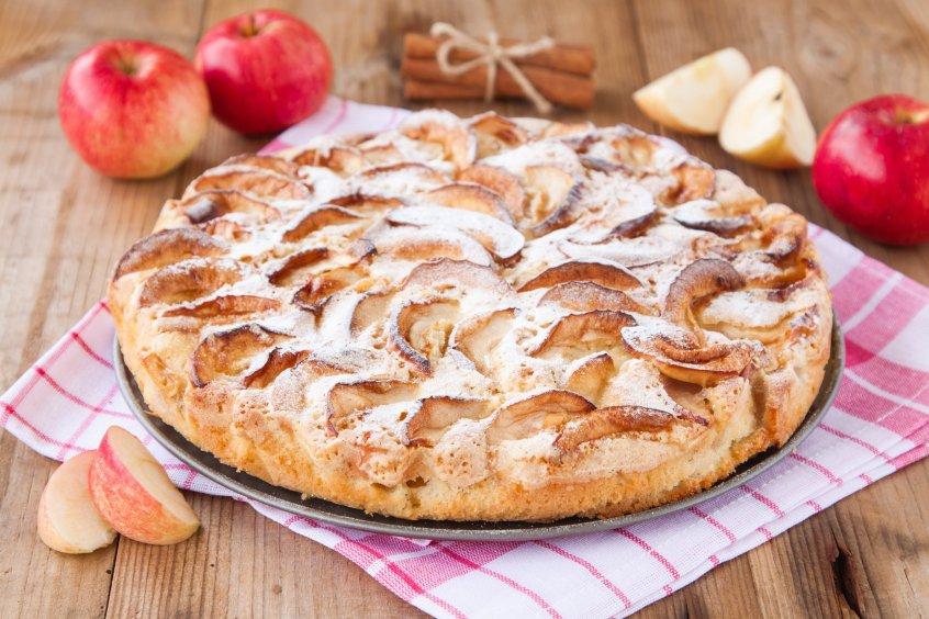 Шарлотка с яблоками с корицей рецепт с пошагово в духовке