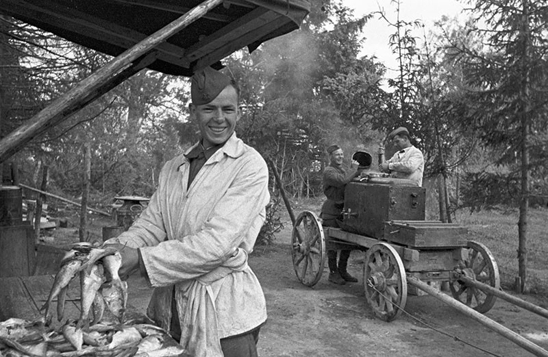 1292 01.08.1941 Ротный повар готовит рыбу. П. Бернштейн/РИА Новости