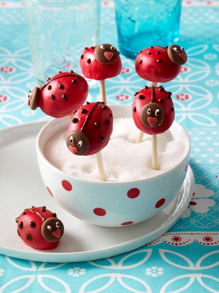 kindergeburtstag-marienkaefer-cake-pops