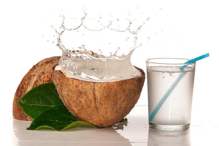 kokos-i-kokosovaya-voda-v-stakane