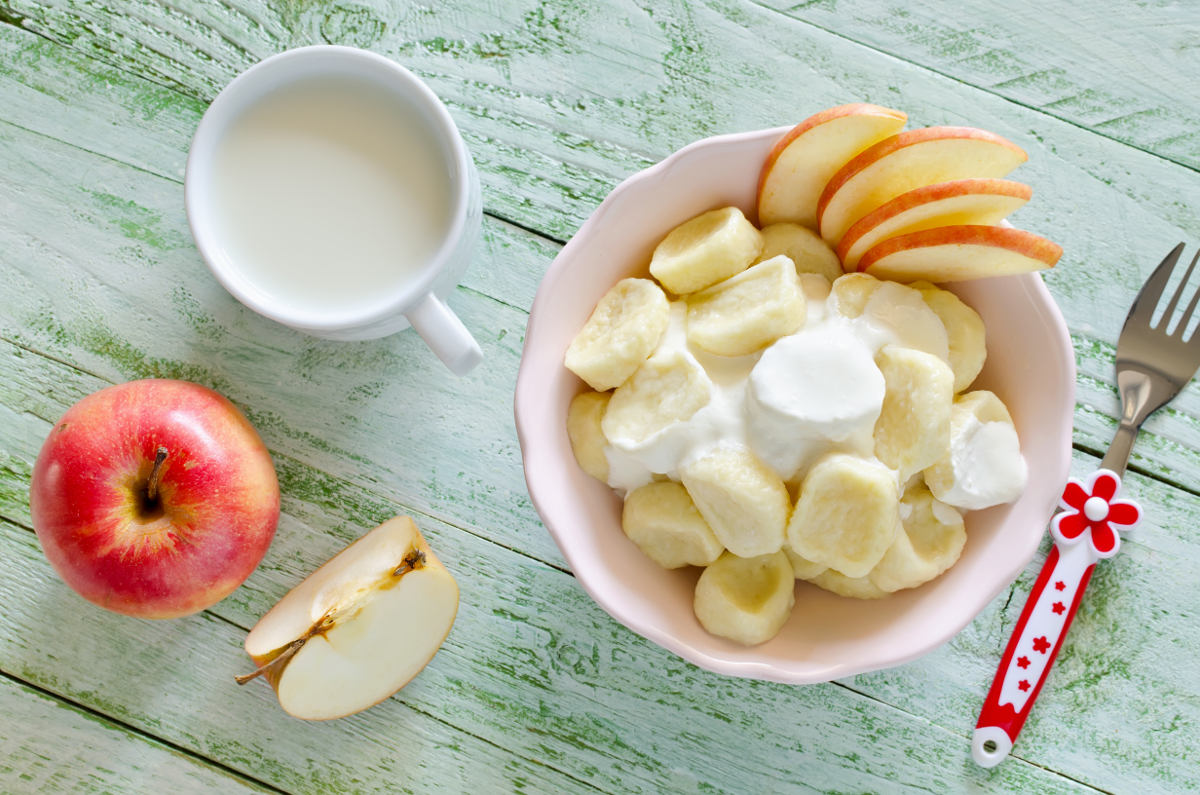 Lazy dumplings of cottage cheese with sour cream and apples. Breakfast for children