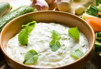 nizkokaloriynye-sousy-na-osnove-yogurta