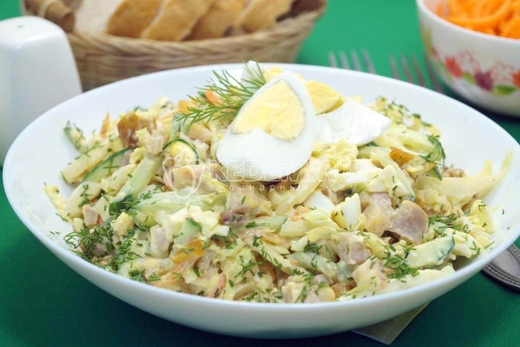 salat-s-kopchenoj-kuricej-i-pekinskoj-kapustoj-lejsi